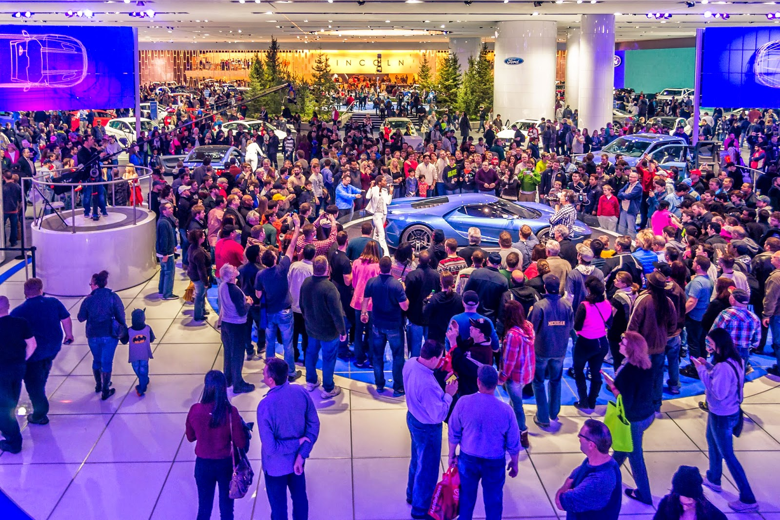 crains-detroit--Michigan-business-car-show-crowd